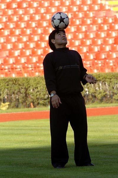 El pibe de oro palleggia nel documentario Maradona by Kusturica