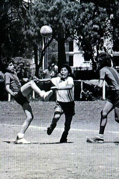 Un giovanissimo Diego Armando Maradona in una scena del documentario Maradona by Kusturica