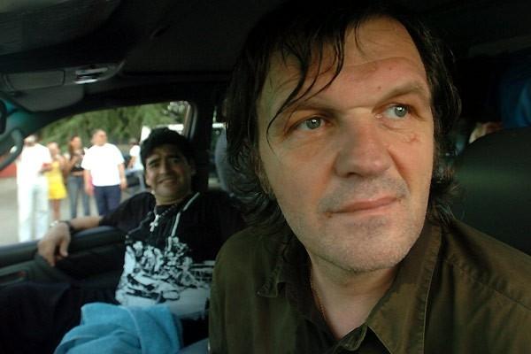Emir Kusturica e Diego Maradona (alle sue spalle) in una sequenza del documentario Maradona by Kusturica