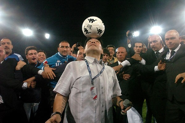 Maradona (al centro) in una sequenza del documentario Maradona by Kusturica