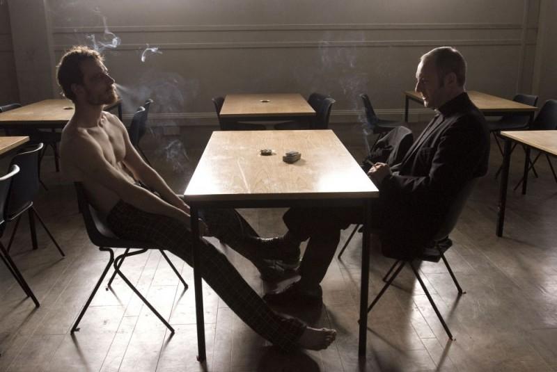 Michael Fassbender e Liam Cunningham in una sequenza del film Hunger