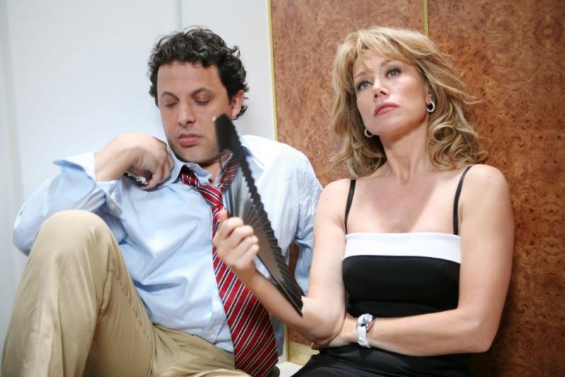 Enrico Brignano e Nancy Brilli in una scena del film Un'estate al mare