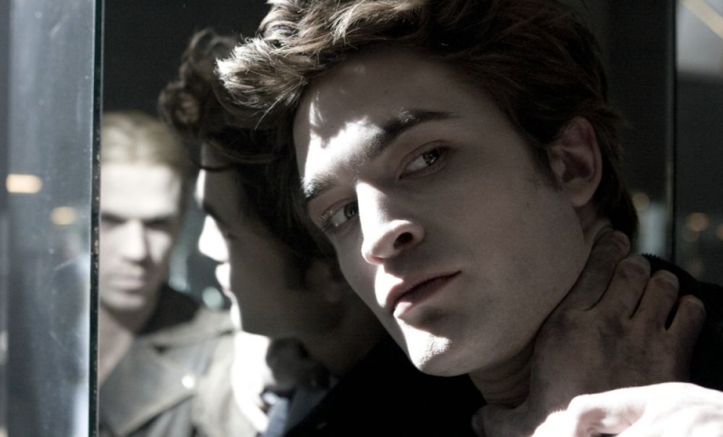 Robert Pattinson in una scena del film Twilight