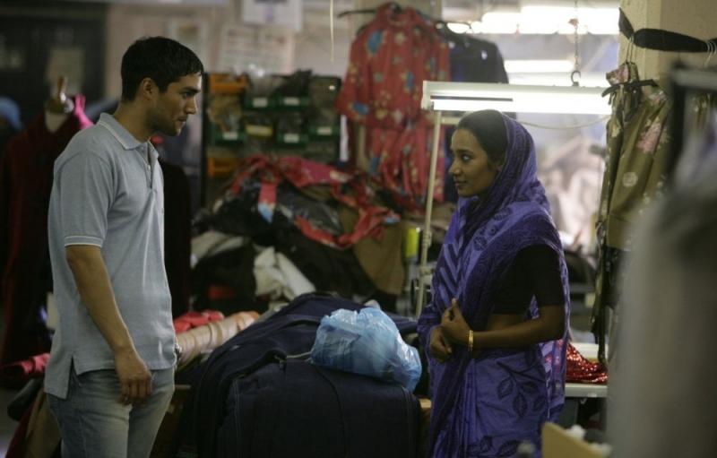Christopher Simpson e Tannishtha Chatterjee in una scena del film Brick Lane