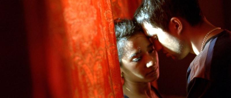 Tannishtha Chatterjee e Christopher Simpson in una scena del film Brick Lane