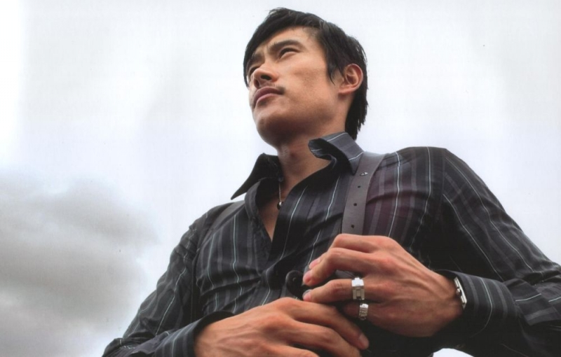Lee Byung-hun in una scena del film I Come with the Rain