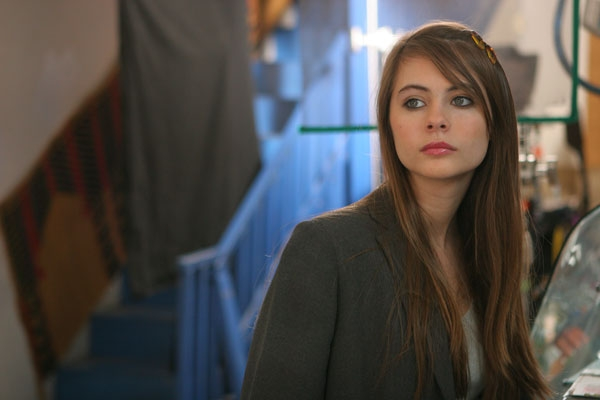 Willa Holland è April nel film Garden Party
