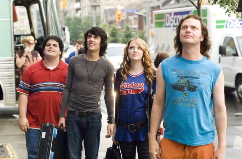 Josh Gad, Teddy Geiger, Emma Stone e Rainn Wilson in una scena di The Rocker - Il batterista nudo
