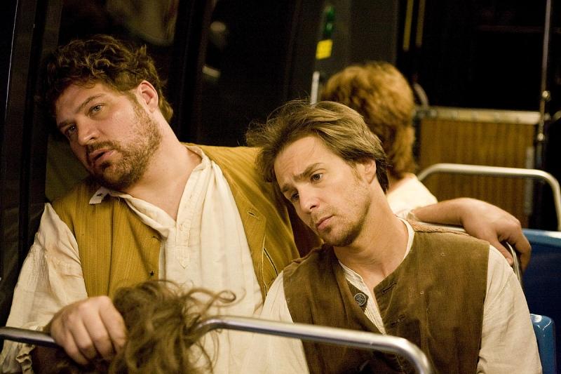 Brad William Henke e Sam Rockwell in una scena del film Soffocare