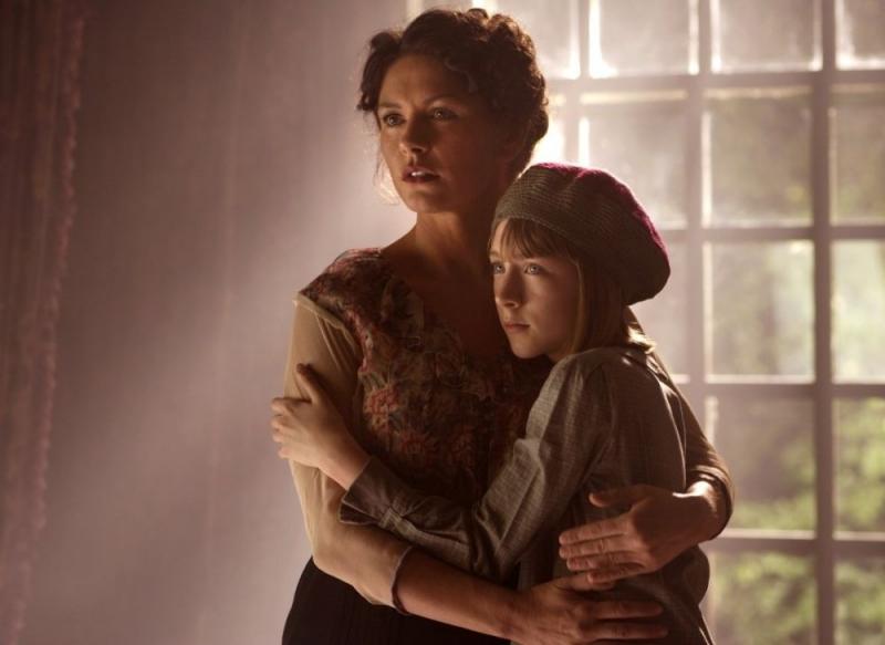 Catherine Zeta-Jones e Saoirse Ronan in una scena di Houdini - L'ultimo mago