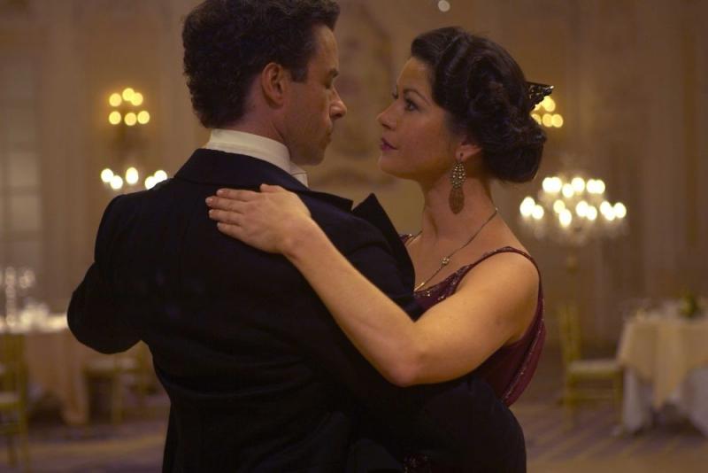 Catherine Zeta-Jones e Guy Pearce in una sequenza di Houdini - L'ultimo mago