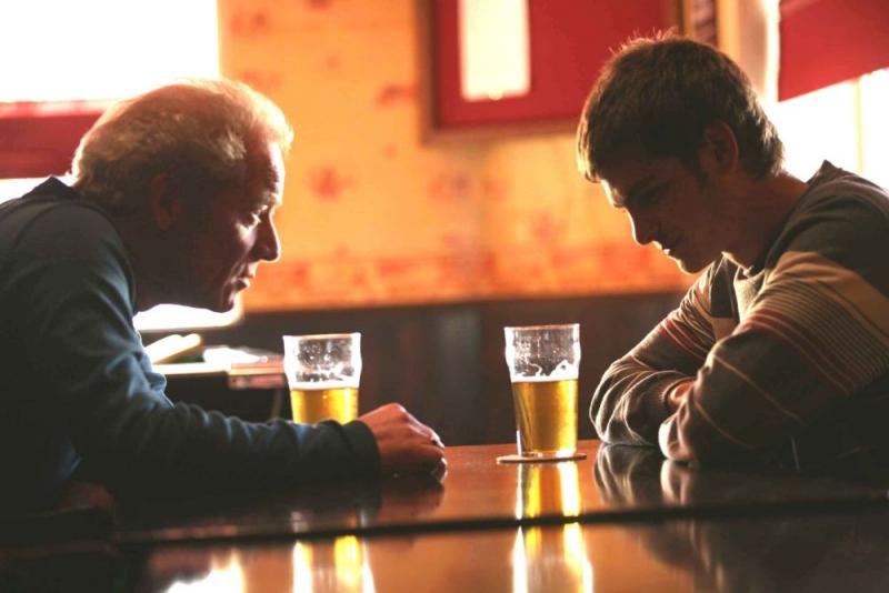 Peter Mullan e Andrew Garfield in una sequenza del film Boy A