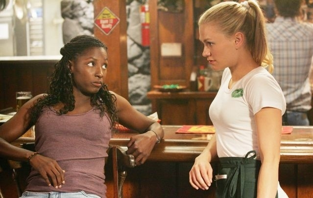 Anna Paquin e Rutina Wesley in una scena di True Blood