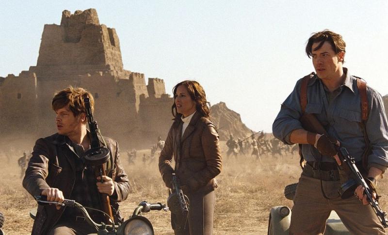 Luke Ford, Maria Bello e Brendan Fraser in una scena di La mummia 3