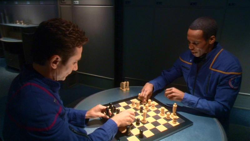 Dominic Keating insieme a Anthony Montgomery; i loro personaggi sono stati appena invasi da due entità aliene incorporee nell'episodio 'Gli osservatori' della serie Enterprise