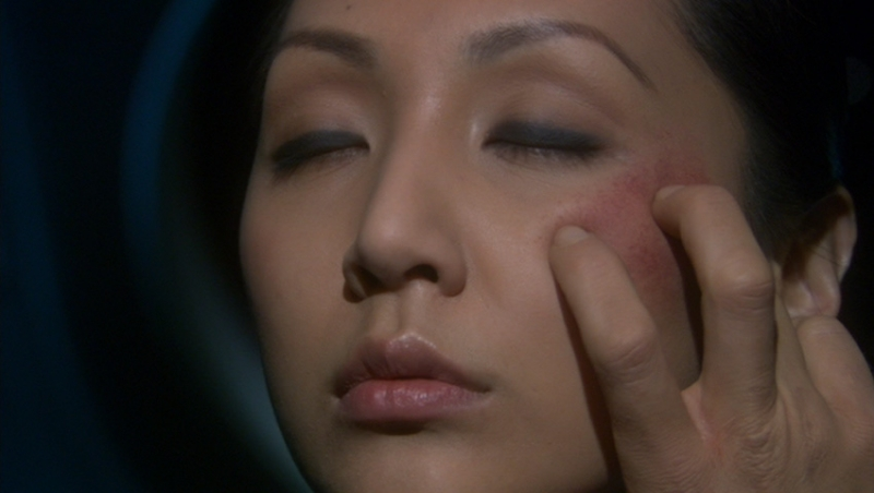 Linda Park nel ruolo di Hoshi Sato durante una fusione mentale vulcaniana nell'episodio 'Virus Letale' della serie tv Enterprise