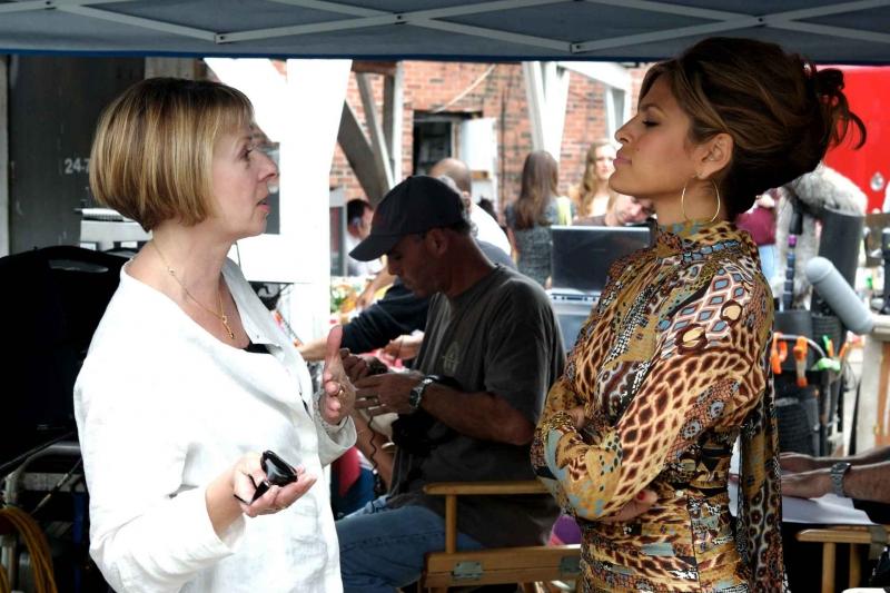 La regista Diane English ed Eva Mendes sul set del film The Women