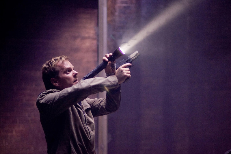 Kiefer Sutherland in una scena del film Riflessi di paura