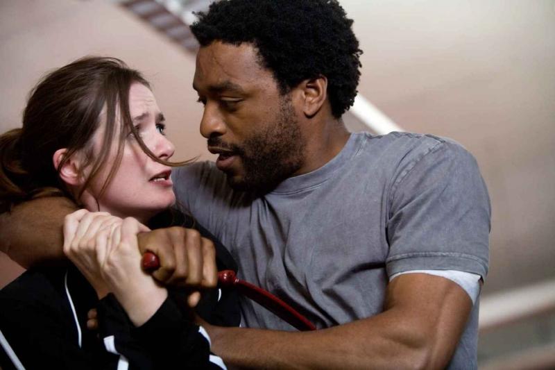 Emily Mortimer e Chiwetel Ejiofor in una scena del film Redbelt