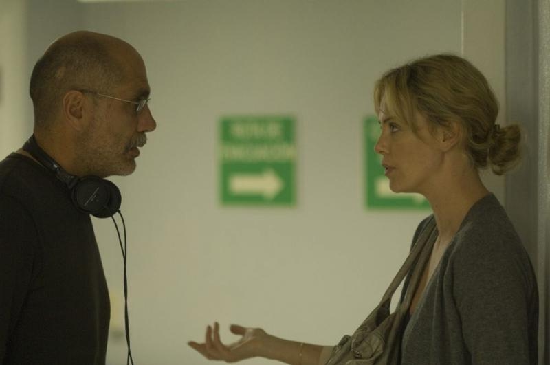 Il regista Guillermo Arriaga e Charlize Theron sul set del film The Burning Plain
