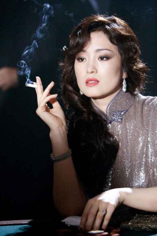 Gong Li in una scena del film Shanghai
