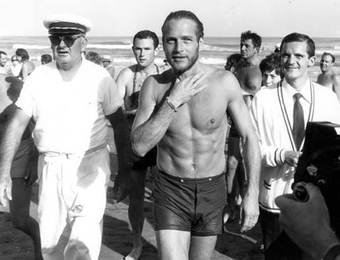Mostra del Cinema di Venezia 1963: Paul Newman esce dall'acqua dopo aver fatto un bagno.