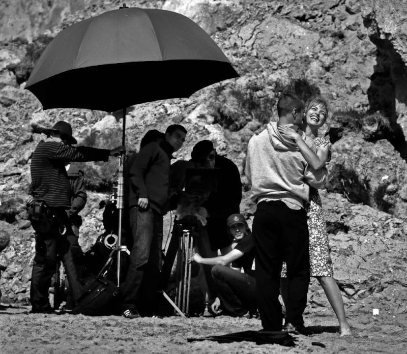Benno Fürmann (di spalle) e Nina Hoss sul set del film Jerichow