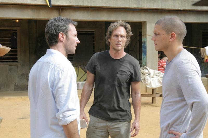 Da sinistra: Chris Vance, William Fichtner e Wentworth Miller discutono all'interno del carcere Sona nell'episodio 'Interfernza' della serie Prison Break
