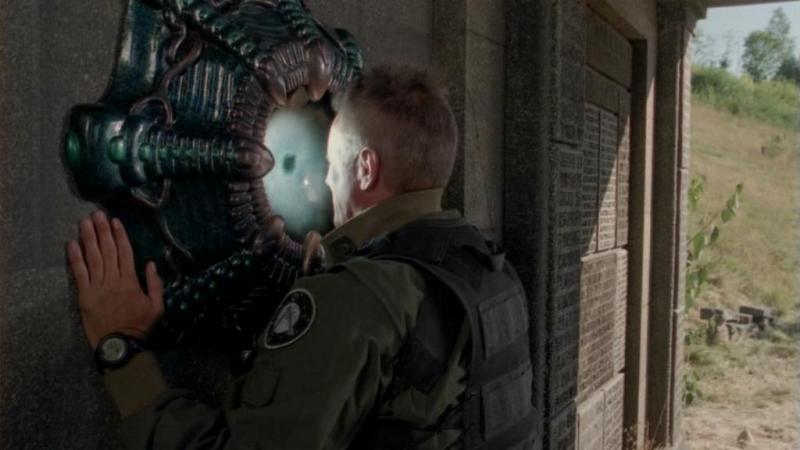 Richard Dean Anderson, nel ruolo di O'Neill mentre si sottopone nuovamente al download delle conoscenze degli Antichi nell'episodio 'Città perduta (parte 1)' della serie Stagate SG-1