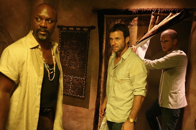 Robert Wisdom, Chris Vance e Wentworth Miller in una scena dell'episodio 'Fuoco e fiamme' della serie Prison Break