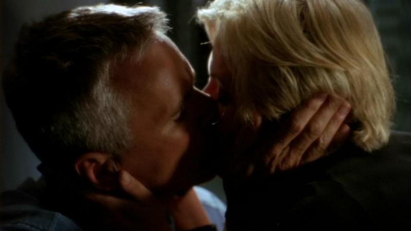 Un bacio 'virtuale' tra O'Neill, Richard Dean Anderson, e Carter, Amanda Tapping, nell'episodio 'Grace' della serie Stargate SG-1