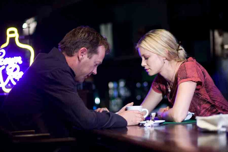 Kiefer Sutherland e Amy Smart in una sequenza di Riflessi di paura