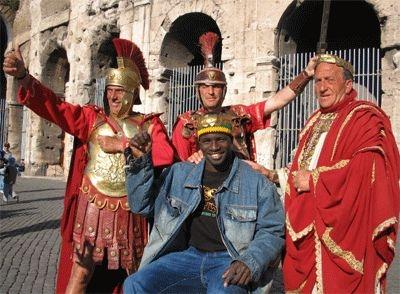 Thierno Thiam e i gladiatori romani sul set del film Billo - Il Grand Dakhaar