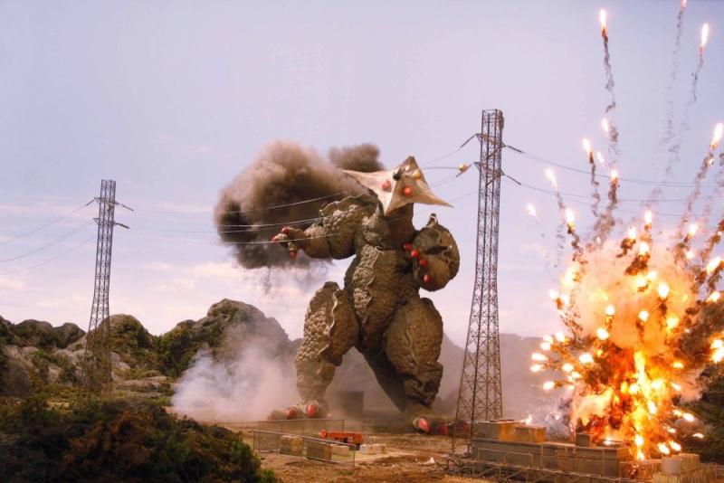 Una scena del film Monster X Strikes Back: Attack the G8 Summit!