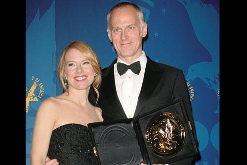 Alan Taylor riceve da Amy Ryan il DGA 2008 per la miglior regia per una serie tv drammatica (Mad Men)