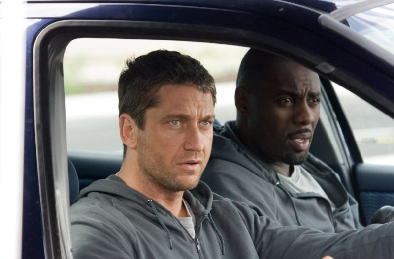 Gerard Butler e Idris Elba in una sequenza del film RocknRolla