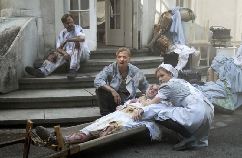 Ivan Barnev e Julia Jentsch in una sequenza del film I Served The King of England