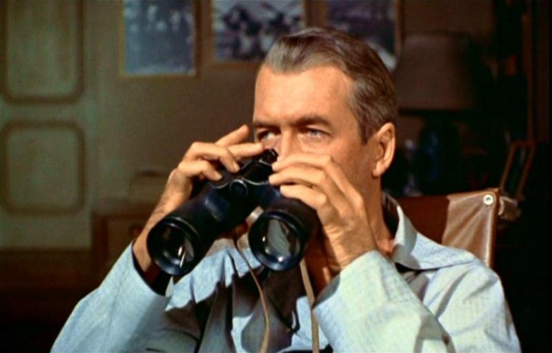 Gli occhi indiscreti di James Stewart in La finestra sul cortile