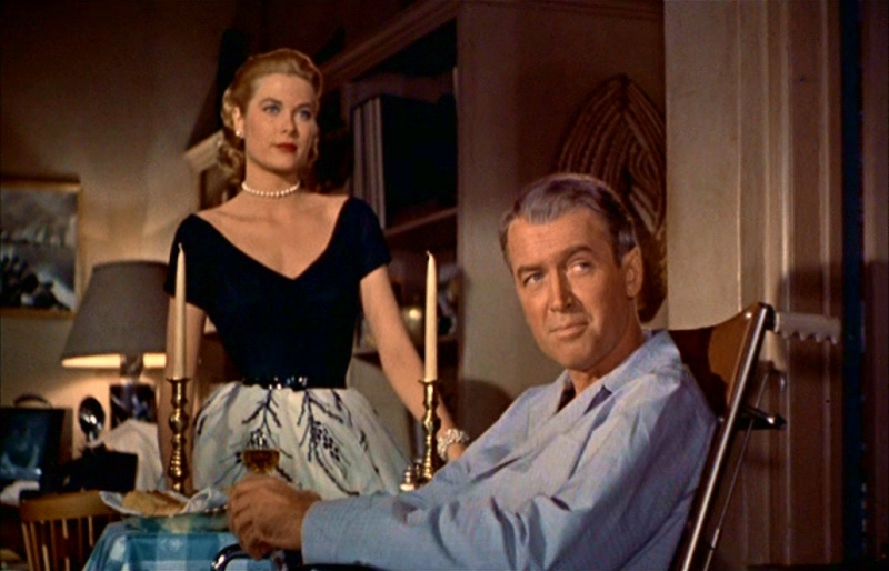 Grace Kelly e James Stewart in una scena di La finestra sul cortile (1954)