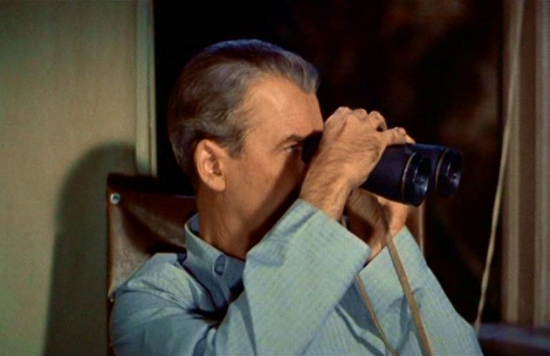 James Stewart e il suo binocolo in La finestra sul cortile