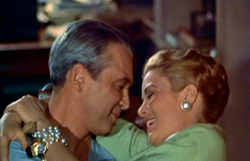 Un romantico momento tra James Stewart e Grace Kelly in La finestra sul cortile