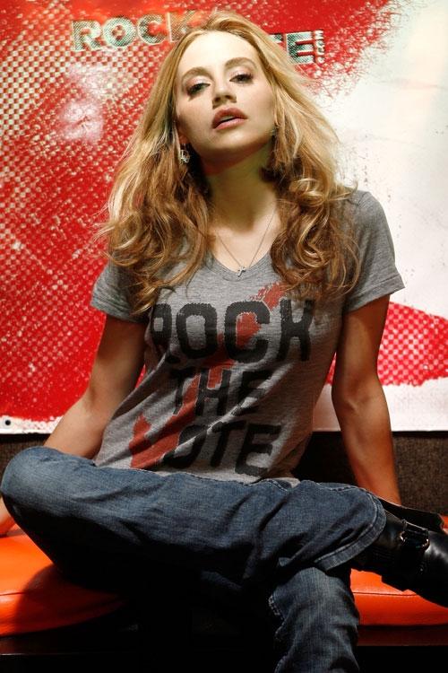 Una bella immagine di Brittany Murphy realizzata per la celebre campagna \'Rock the Vote\'.