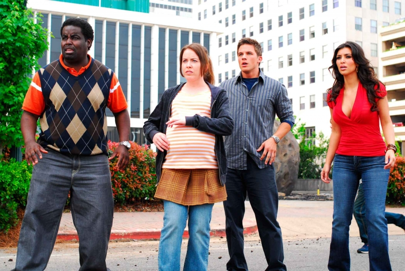 G. Thang, Crista Flanagan, Matt Lanter e Kimberly Kardashian in una scena del film Disaster Movie