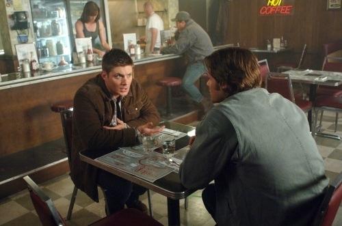 I fratelli Winchester, Jensen Ackles e Jared Padalecki, seduti a un caffè nell'episodio 'Lazarus rising' della quarta stagione di Supernatural