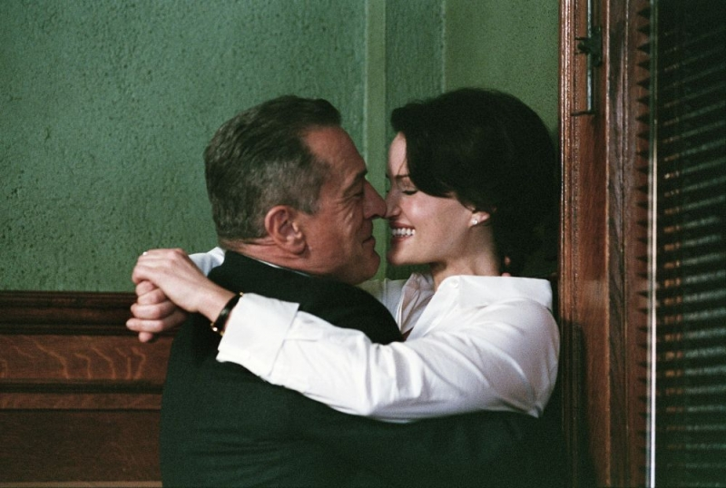 Robert De Niro e Carla Gugino in una sequenza di Sfida senza regole - Righteous Kill