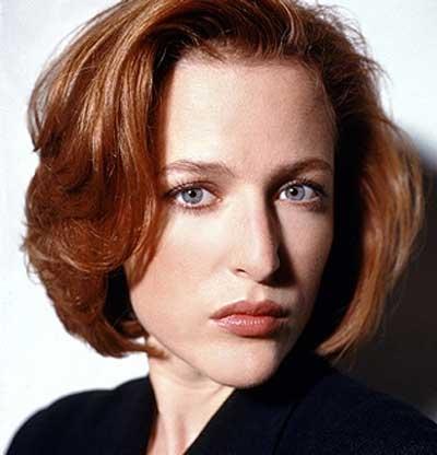 Un intenso primo piano della bella Gillian Anderson mentre veste i panni dell'Agente Speciale Dana Scully nella serie tv X-files