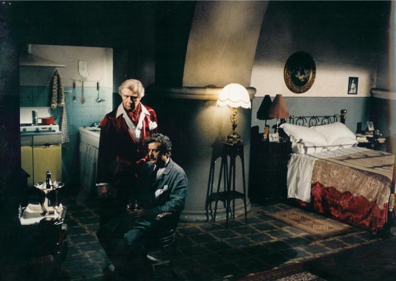 Giancarlo Giannini in una scena del film Terno Secco - Scenografia di Enzo De Camillis