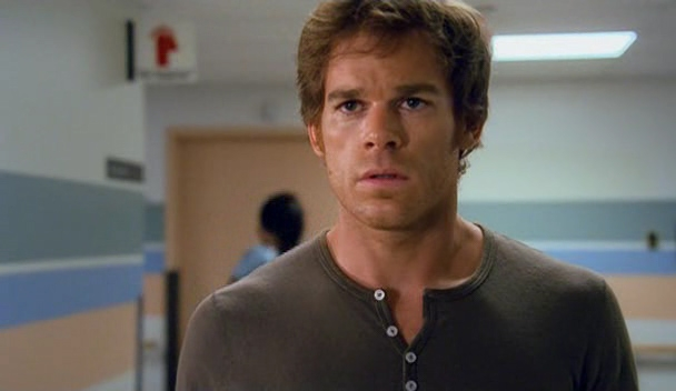 Michael C. Hall interpreta il ruolo di Dexter Morgan nella serie televisiva Dexter, episodio: Left turn ahead
