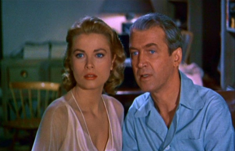 Grace kelly e james stewart osservano i dirimpettai in una scena di la finestra sul cortile - La finestra sul cortile film ...
