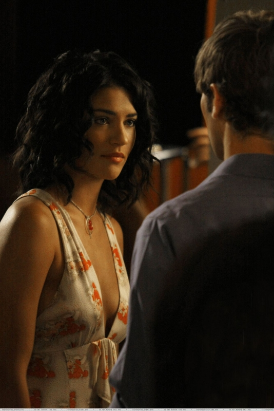 Jessica Szohr insieme a un collega in una scena dell'episodio 'The Dark Night' della serie Gossip Girl